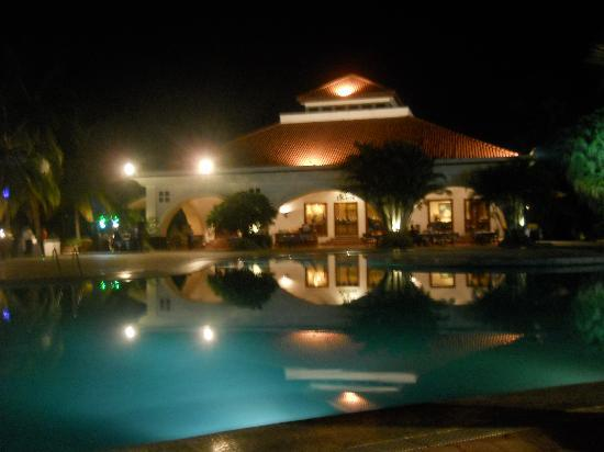 Golden Palms Hotel & Spa : Night View of Pool and Restaurant