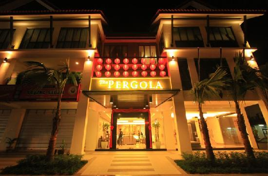Pergola Hotel: By Night
