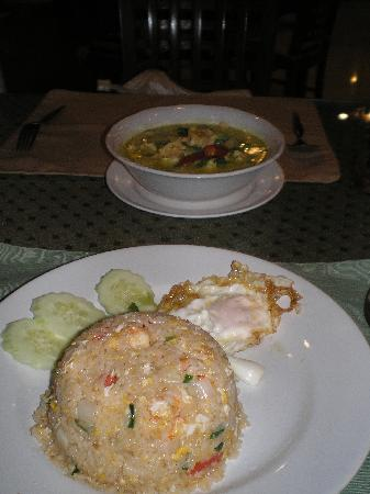 The BJ Holiday Lodge : Chicken fried rice & green curry
