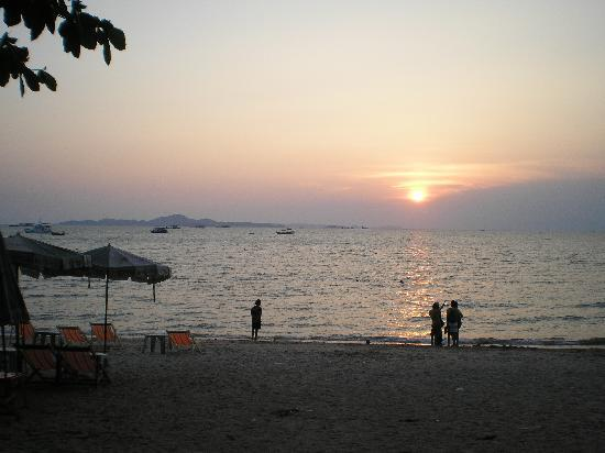 The BJ Holiday Lodge: Sunset on Pattaya Beach