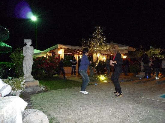 Hotel Santacroce Meeting: Giardino paradiso: cene, balli, bagni .........