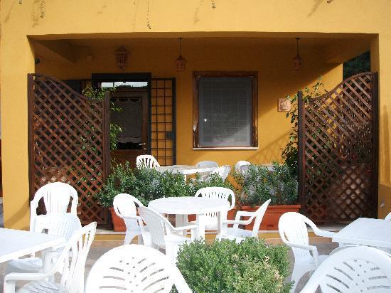Il Caraponzolo: L'esterno ora è cambiato. C'è una tettoia di legno che copre lo spiazzo dove possono stare comod