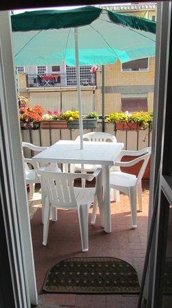 B&B Elisabetta: Il balcone dove viene servita la colazione nei giorni di sole