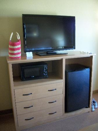 Baymont Inn & Suites Cuero: Large TV