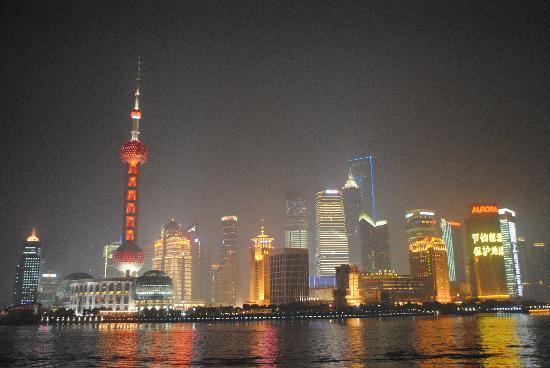 Shanghai, Kina: Blick ueber den Huangpu River nach Pudong