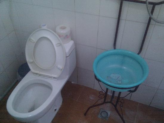 Templeside Hutong Guest House: Includes the bathroom sink