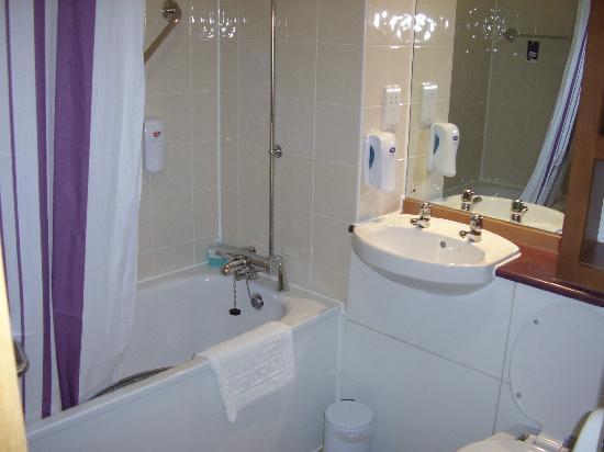 Premier Inn Durham East Hotel: Clean Bathroon