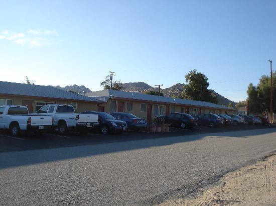 Safari Motor Inn - Joshua Tree: west side  mountain ,hotel veiw