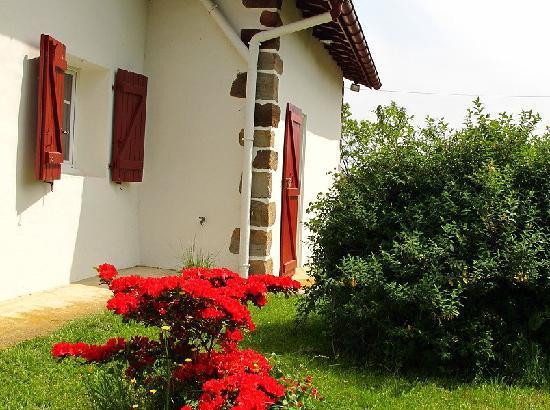"""Maison Iribarnia : extérieur chambre """"pikondoa"""""""