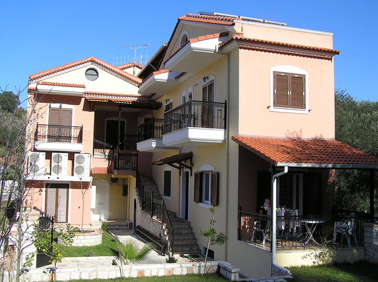 Anthi Apartments : Side view of the apartments