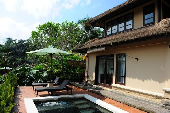 Villa Semana: Private pool with deck chairs