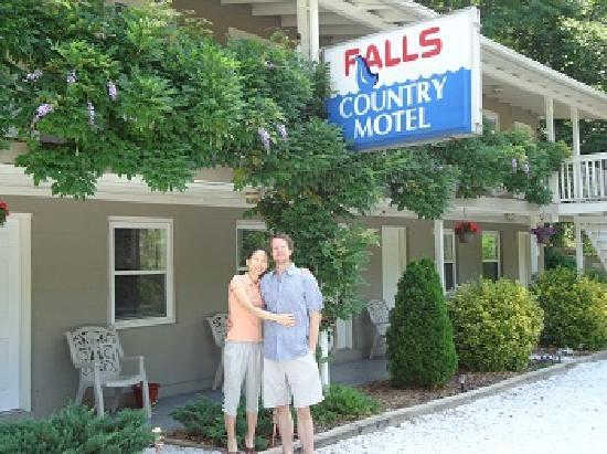 Falls Country Motel: The owners Dean and Boram