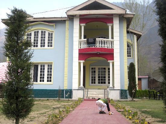 Asif Guest House : Guesthouse(and a little guest) in early spring