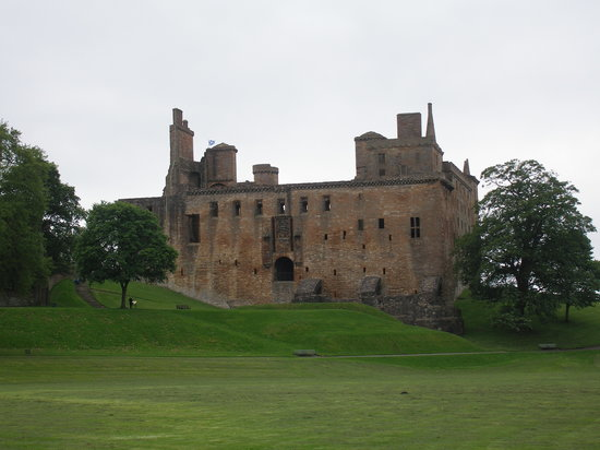 Linlithgow Palace: Castle from the peel