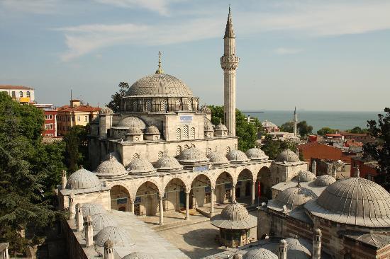 โรงแรมสุลต่าน พาเลส: Blick von der Dachterrasse auf die Sokullu-Moschee, Im Hintergrund: kleine Hagia-Sophia und Marm