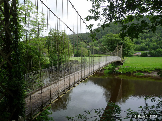 Nord du Pays de Galles, UK : Footbridge adjacent to St. Michael's Church (14th c), Betws-y-Coed