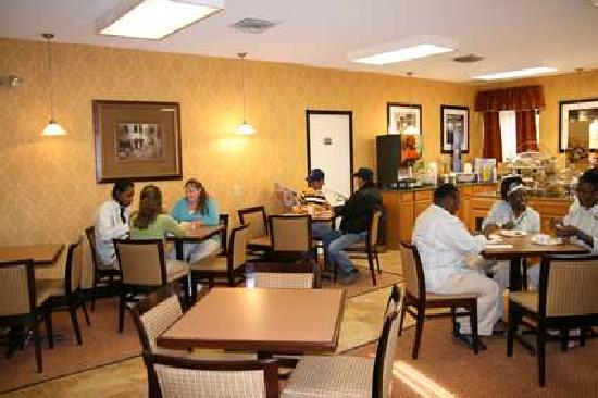 River Chase Inn: Complimentary Hot Breakfast