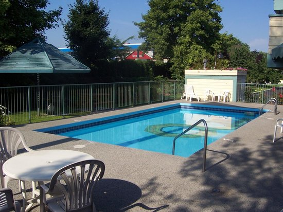 The Recreation Inn & Suites: outdoor heated pool