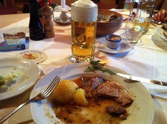Rottach-Egern, Duitsland: Krustenbraten mit Klos