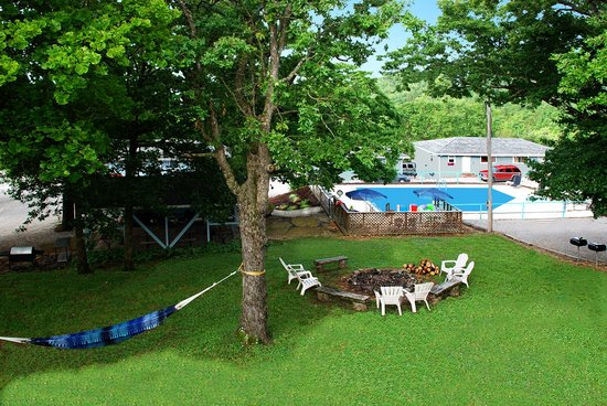 Harpers Valley Resort : Play Time At the Lake