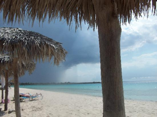 Hotel Playa Costa Verde: A storm is approaching, don't blink cause it will be over soon