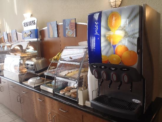 Holiday Inn Express Hotel & Suites Scott - Lafayette West: Complimentary Express Start Breakfast