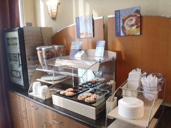 Holiday Inn Express Hotel & Suites Scott - Lafayette West: Signature Hot Cinnamon Rolls