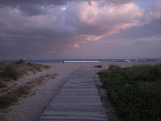 Ibis Barcelona Castelldefels: Beach at dusk