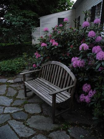 Applebutter Inn Bed and Breakfast: Garden bench at the inn