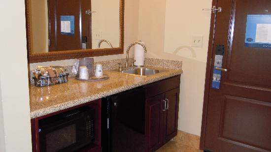 Hampton Inn Sevierville: wet bar area