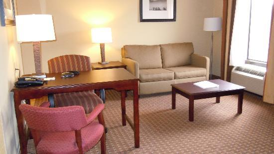 Hampton Inn Sevierville: extra large living room/study