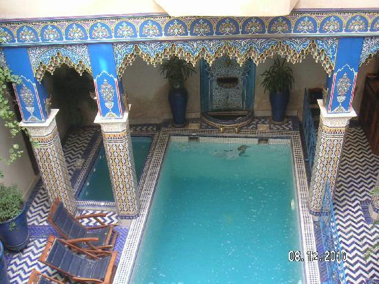 Piscine jacuzzi picture of riad puchka marrakech for Piscine jacuzzi