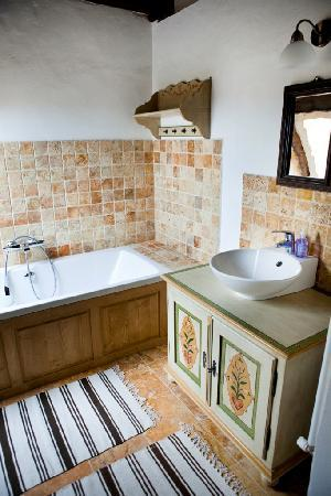 Viscri, Romania: bathroom with tub