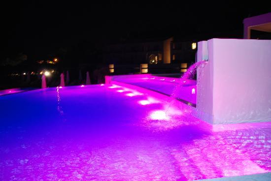 Tragaki, Yunani: The pool at night