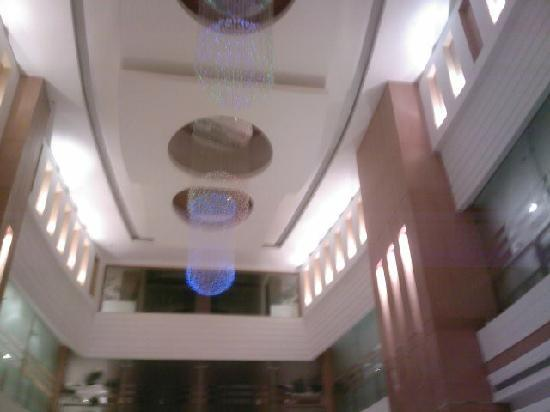 Park Lane Hotel Lahore: The lobby ceiling