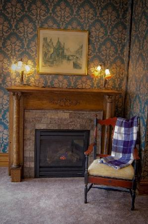 Quill and Quilt Bed and Breakfast: Colvill Fireplace Area