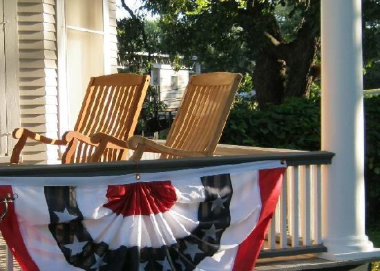 Quill and Quilt Bed and Breakfast: Front Porch