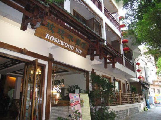 Rosewood Inn: The street is narrow and next to a canal, which adds to the charm.