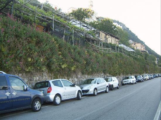 Ravello Rooms: parking along main road