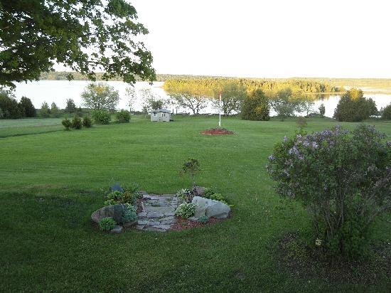 Manitowaning, Καναδάς: There's a huge garden between the house and the lake.
