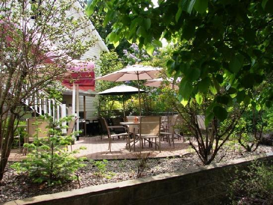 The Inn at the Ninth Hole 5 star Bed & Breakfast: guest patio with BBQ and fire place