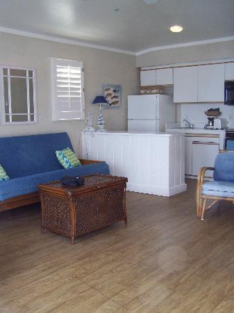 Crystal Pier Hotel & Cottages: Entrance into living room
