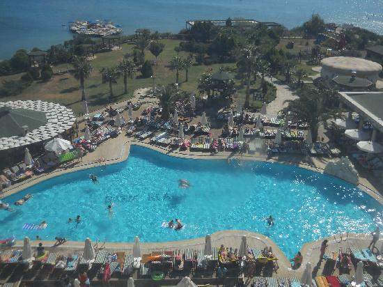 Didim Beach Resort & Spa : The pool at noon