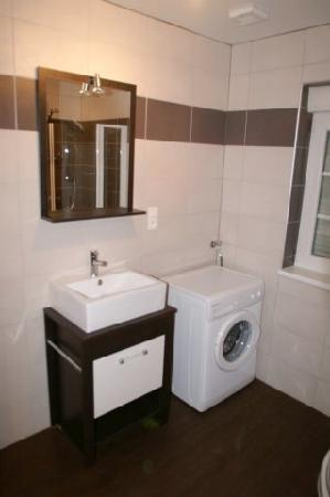 Salle de bain cot lavabo photo de les gites de l - Lavabo classique salle bain ...