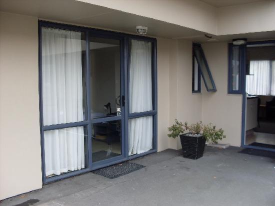 Riccarton mall motel: The outside - cosy corner unit :)