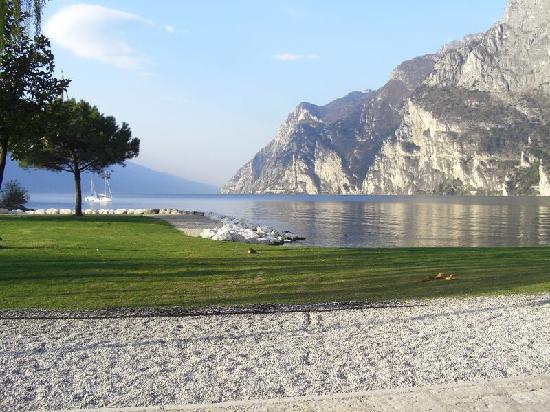 Du Lac et Du Parc Grand Resort: vista del lago dalla spiaggia del Du Lac et Du Parc