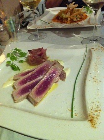 Ristorante Lamberti: Scottata di tonno con crema di raschera e composta di cipolle in agrodolce
