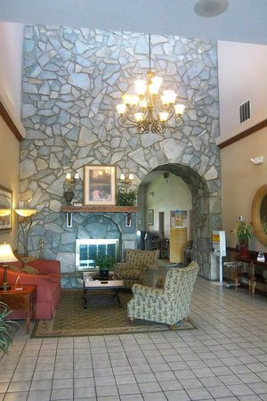 Quality Suites: Welcoming Lobby