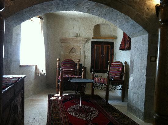 Koza Cave Hotel: sitting area in room