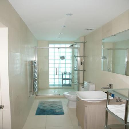 4 Star Hostel: Luxury Power Shower Shared Bathroom